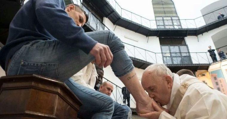SAVATIE BAȘTOVOI: De la spălarea picioarelor de către Hristos la sărutarea picioarelor de către Papa